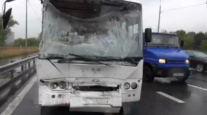 В Москве автобус протаранил автомобиль дорожной службы фото