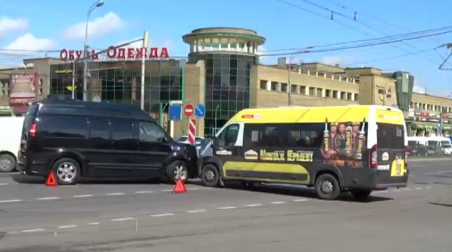 На проспекте Вернадского «Газель» столкнулась с автобусом фото
