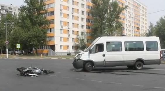 QIP Shot Screen 542 На Касимовской улице в Москве на дороге столкнулись маршрутка и мотоцикл