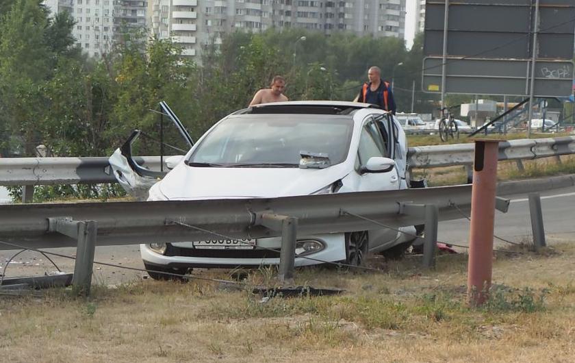 QIP Shot Screen 545 Иномарка протаранила отбойник на Каширском шоссе