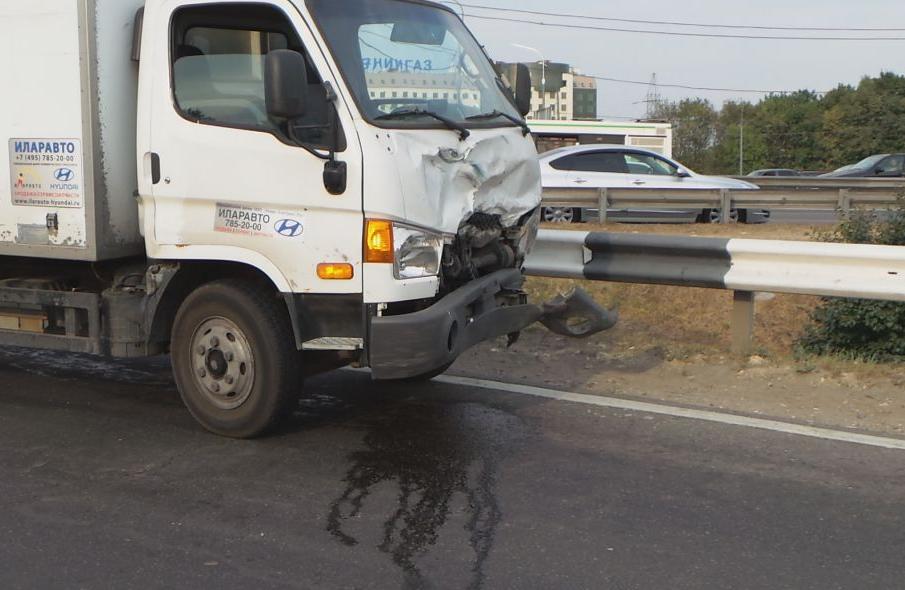 QIP Shot Screen 547 Иномарка протаранила отбойник на Каширском шоссе