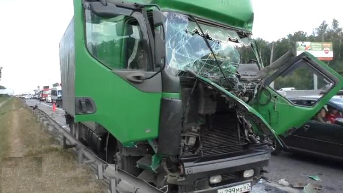QIP Shot Screen 566 В серьёзной аварии на МКАД пострадал водитель грузовика