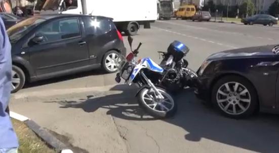 В районе Митино в Москве столкнулись автомобиль и мотоцикл фото