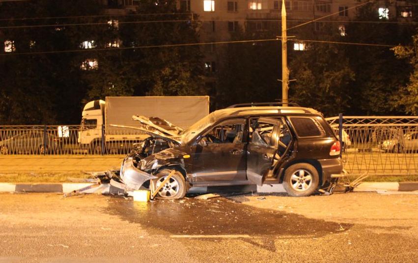 QIP Shot Screen 635 В Москве внедорожник протаранил металлический забор