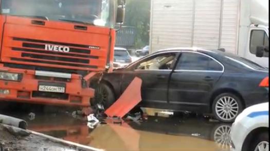 На Дорожной улице в Москве иномарка врезалась в фуру фото