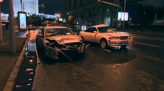 На Смоленской набережной в Москве столкнулись две иномарки фото