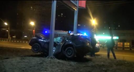 Автомобиль «Ford» ударился в столб в Москве фото
