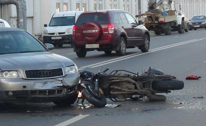 QIP Shot Screen 252 На Гаражной улице в Москве произошла авария с учатием мотоциклиста