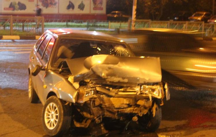 На юге столицы случилась автоавария с участием двух легковушек фото