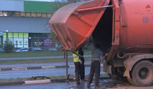 В Москве иномарка влетела в мусоровоз фото