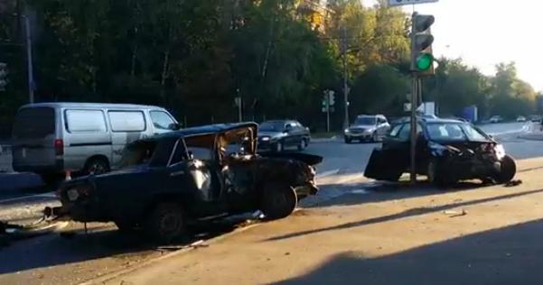 На востоке Москвы «ВАЗ» столкнулся с иномаркой фото