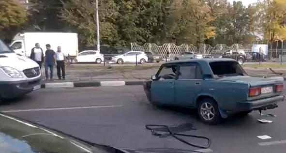 В результате ДТП в Москве «ВАЗ» развалился на части фото