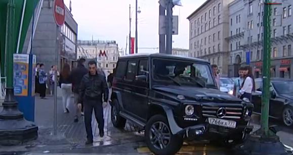 QIP Shot Screen 729 В Москве Mercedes Gelandewagen вылетел с проезжей части дороги на остановку общественного транспорта