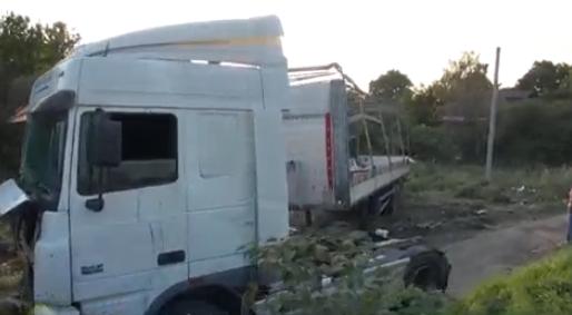 QIP Shot Screen 762 В Москве груженная фура упала на тротуар