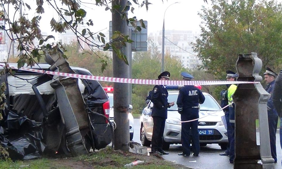 QIP Shot Screen 796 В Москве автомобиль врезался в мачту городского освещения