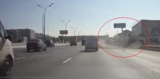 На МКАД в результате аварии перевернулась «ГАЗель» фото