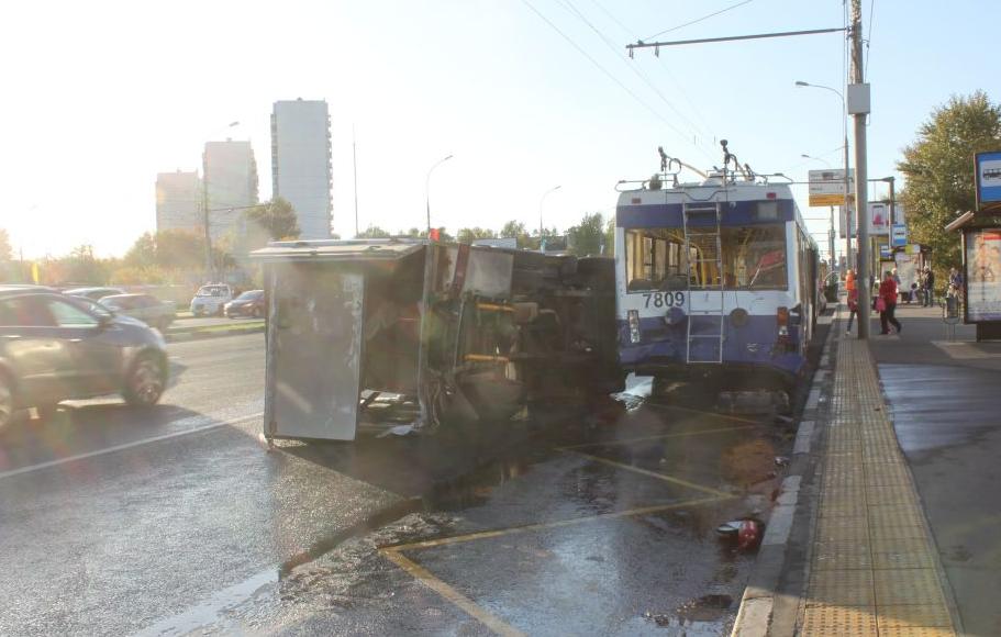 QIP Shot Screen 816 На юге Москвы столкнулись два троллейбуса и три легковушки
