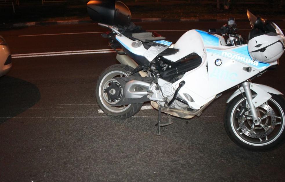В Москве иномарка протаранила полицейский мотоцикл фото