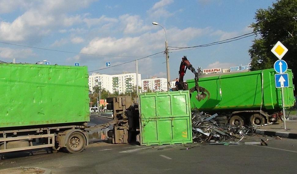 На Окской улице перевернулся грузовик фото