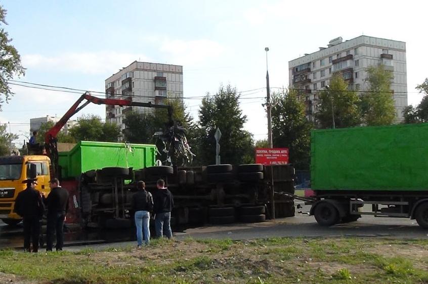 QIP Shot Screen 837 На Окской улице перевернулся грузовик