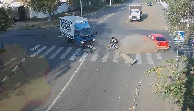 В Люберцах столкнулись велосипедист, грузовик и легковушка фото