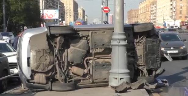 QIP Shot Screen 893 В Москве перевернулся автомобиль, принадлежащий службе такси