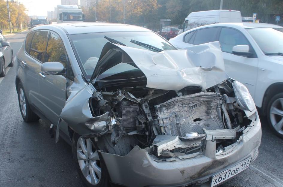 На юге Москвы произошла авария с участием четырех автомобилей. фото