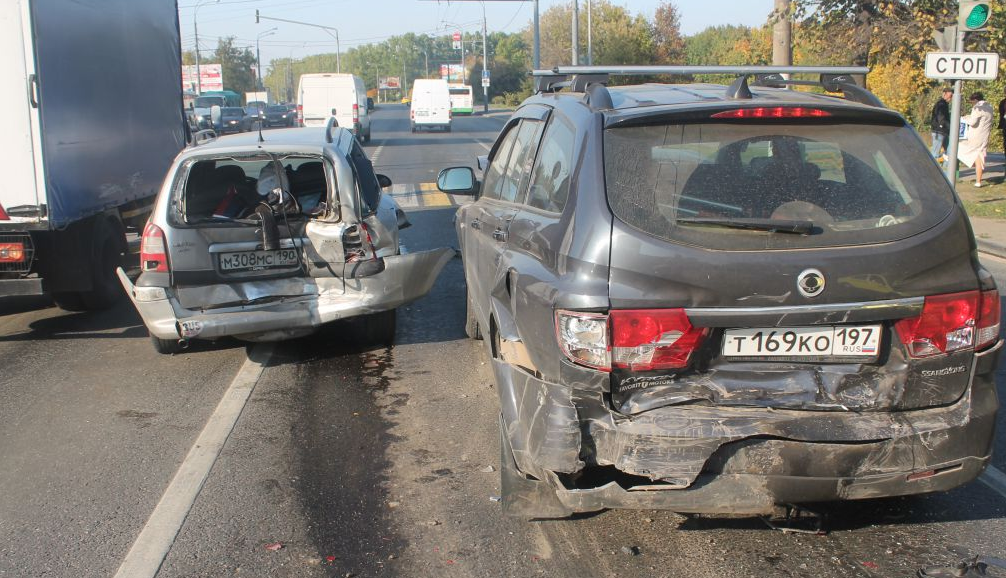QIP Shot Screen 895 На юге Москвы произошла авария с участием четырех автомобилей.
