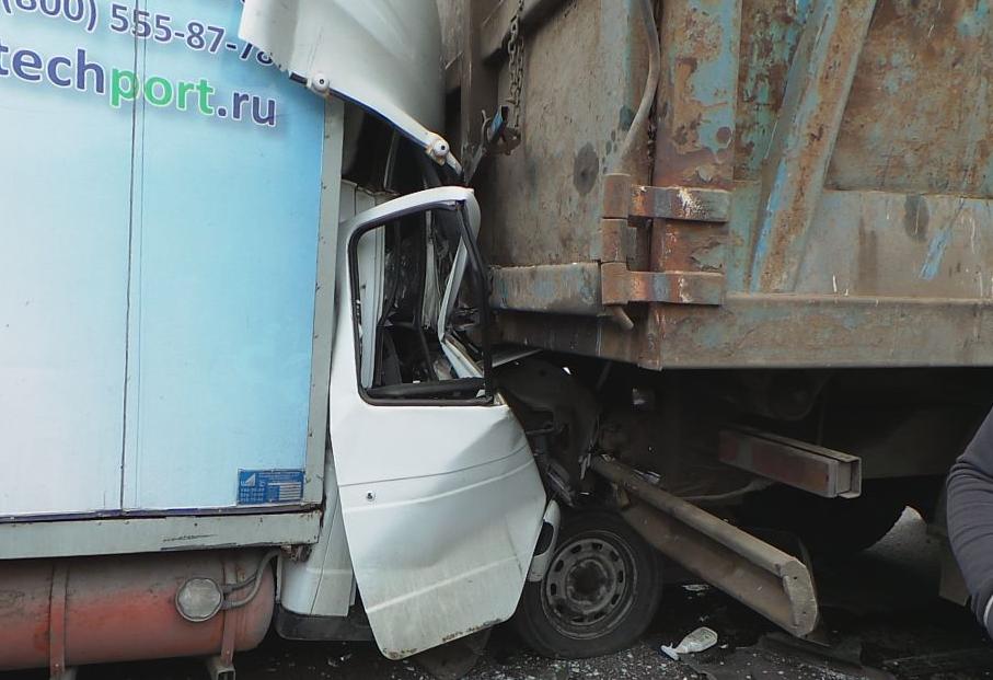 QIP Shot Screen 954 В Москве столкнулись фура, фургон, мусоровоз, грузовая ГАЗель и две иномарки