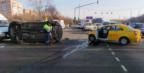 ДТП в Москве сегодня в Коломенском проезде , один автомобиль перевернулся фото