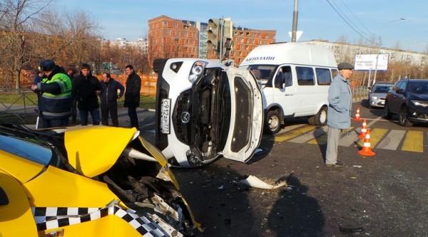 3 avto2 e1414439263601 ДТП в Москве сегодня в Коломенском проезде , один автомобиль перевернулся