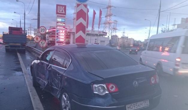 В Москве грузовик протаранил иномарку фото