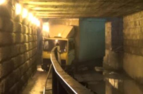pod mostom ДТП в Москве под мостом на Курской заблудился фургон