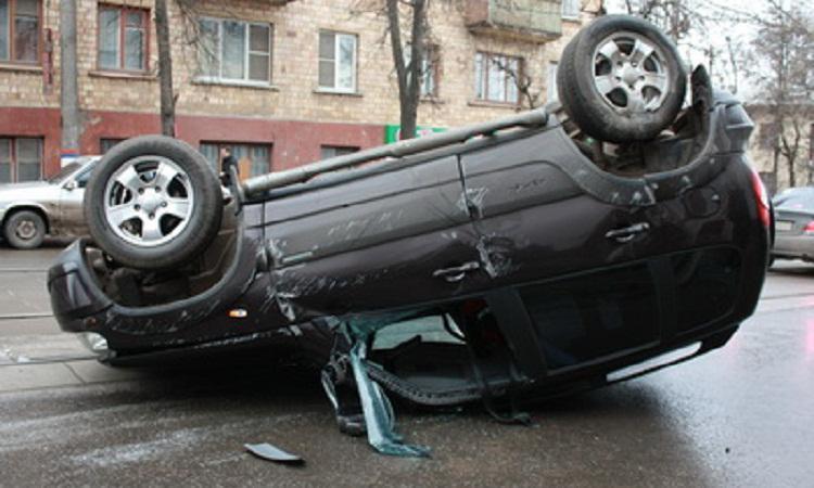 v dtp perevernulsya vnedorozhnik1 Возле здания московской полиции столкнулись два внедорожника