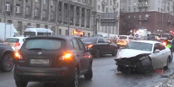 val ДТП в Москве на улице Земляной вал, повреждено 7 автомашин