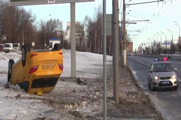 ДТП в Москве, опрокидываение автомобиля такси фото